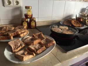 Rebozado en huevo y fritura de las torrijas
