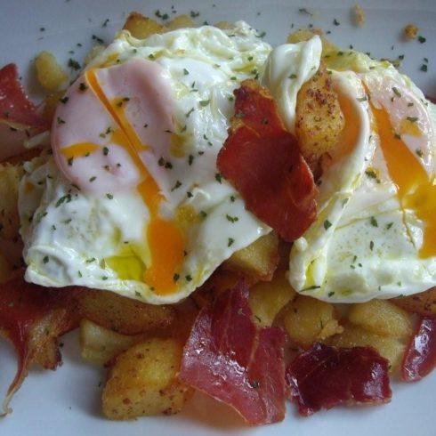 Huevos rotos con jamón en Antequera